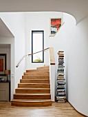 Heller Treppenaufgang mit Fenster und Buchständer
