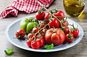 Frisch gewaschene Tomaten auf Teller