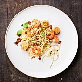 Spaghetti mit Garnelen, Seekamm-Muscheln und Basilikum