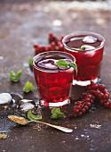 Rote Grütze Limonade mit Eis und Minze in Gläsern