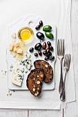 Antipasti mit Käse, Honig, Oliven und Früchtebrot