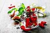 Frische rote Chilischoten in Bügelglas