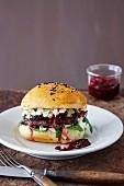 Black Bean Burger mit Brombeerchutney und Blauschimmelkäse