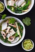 Gemüsesuppe mit Tofu und Edamame-Pesto