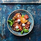Salat aus bunten Tomaten mit Olivenöl, Balsamico und Mozzarella