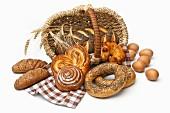 Gebäck und Brot mit Weizen und Eier vor Henkelkorb