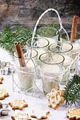 Gläser mit Milch-Cocktail, serviert mit Zimtstangen und Weihnachtsplätzchen