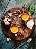 Kaffee Stillleben auf rustikalem Holzbrett