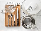Küchenutensilien zur Zubereitung von Meeresfrüchtesalat mit Gemüse