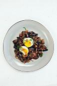 Pilze mit Bacon, Knoblauch und Ei