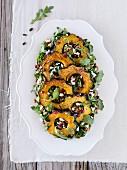 Salat mit geröstetem Eichelkürbis, Rucola, Kürbiskernen und Cranberries