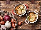 Überbackene Zwiebelsuppe mit Brot und Cheddar (Aufsicht)