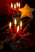 Tontopf mit Moos und vier Kerzen als Weihnachtsdeko
