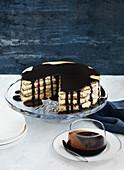weiße Mandel-Schoko-Torte mit dunkler Schokoladensauce