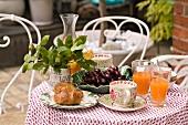 Frühstück auf einem Terrassentisch