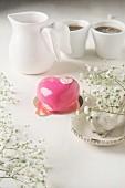 Romantische kleine Moussetorte in Herzform zum Valentinstag