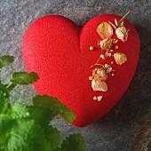 Romantische Moussetorte in Herzform zum Valentinstag