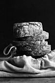 Ein Stapel Brotscheiben auf Brotbeutel