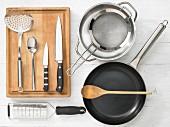 Küchenutensilien zur Zubereitung von Nudeln mit Gemüse