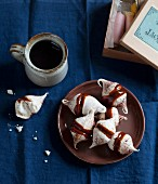 Small meringues with caramel