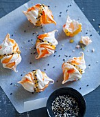 Mango meringues with sesame seeds
