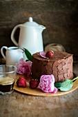 Schokoladenkuchen mit Erdbeeren