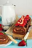 Schokoladenrolle mit Erdbeeren