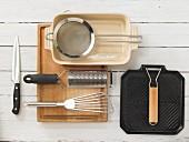 Küchenutensilien zur Zubereitung von Auberginen-Auflauf