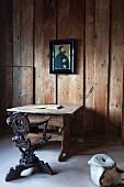 Die Stube von Martin Luther mit Holztisch, Stuhl und Walwirbel auf der Wartburg in Eisenach, Thüringen, Deutschland