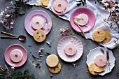 Rosa Jasmin-Kokosnuss-Gelee mit Keksen