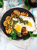 Spiegeleier mit Kochbananen und Chimichurri-Sauce zum Frühstück