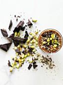 Dunkler Schokoladensmoothie mit Kakaonibs, Pistazien und Hanfsamen