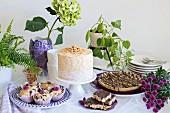 Kuchenbuffet mit Erdnusskuchen und -gebäck