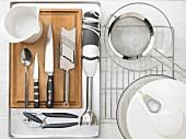 Küchenutensilien für die Zubereitung von Ofentomaten mit Thunfischcreme und Salatbeilage