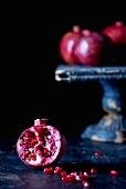Granatäpfel auf dunklem Hintergrund