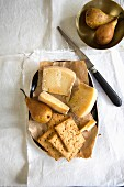 Pecorino cheese with pears and crackers