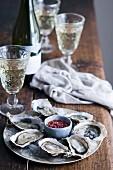 Frische Austern mit Mignonette-Sauce und Weisswein