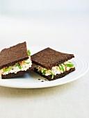 Pumpernickel-Sandwich mit Hüttenkäse