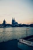 Blick über den Rhein auf den Kölner Dom, Köln, Deutschland