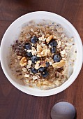 Oatmeal with linseed, blueberries and walnuts