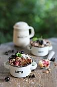Topfkuchen mit schwarzen Johannisbeeren auf Gartentisch