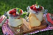 Zitronen-Vanille-Mascarpone-Creme im Glas mit frischen Erdbeeren und Herzkeksen