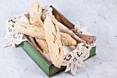 Dinkel-Salzstangen in Holzkiste mit Spitzendeckchen