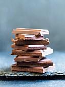 Verschiedene Schokoladenstücke, gestapelt