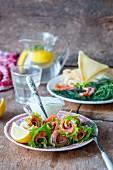 Creperöllchen mit Räucherlachs und Salat