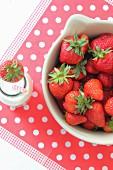 Frische Erdbeeren und Milch