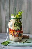 Couscoussalat mit gebratenem Gemüse und Dressing aus Joghurt, Tahini und geräuchertem Paprika im Glas