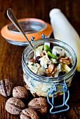 Lunch im Glas mit Chicoreesalat, Walnüssen, Blauschimmelkäse, Sultaninen, Sherryessig und Walnussöl