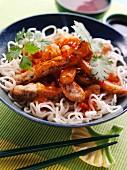Rindfleischstreifen im Teigmantel mit Chilisauce auf Reisnudeln (Asien)