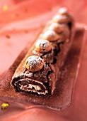 Schokoladen-Biskuitrolle garniert mit Amarettini